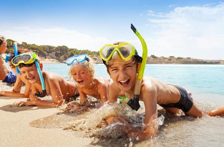 해변에서 스쿠버 마스크에 행복 한 비명 소년