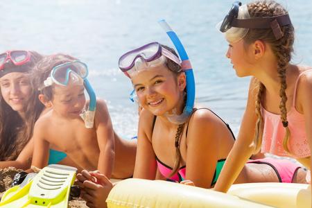 해변에있는 친구 사이에서 아름다운 어린 소녀 스톡 콘텐츠