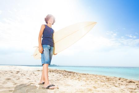 Ritratto soleggiato di adolescente con tavola da surf Archivio Fotografico - 87845435
