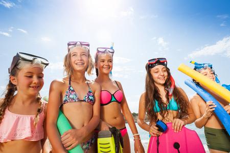 Meisjes en jongensportret in bikini met scuba-uitrustingsmaskers