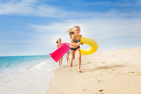 Bambini felici che hanno una corsa sulla spiaggia soleggiata in estate Archivio Fotografico - 88776215