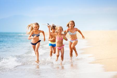 행복한 아이들이 바다로 장난감 비행기 놀고