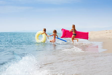 Happy girls enjoying summer at tropical beach Banco de Imagens