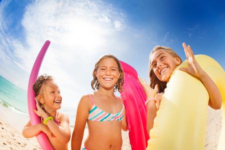 Meisjesvrienden die pret op het strand in de zomer hebben Stockfoto