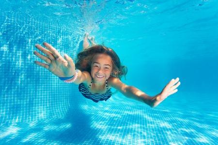 プールで楽しいダイビング プレティーンの女の子の肖像画