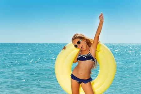 Happy preteen girl enjoying summer by the seaside Banco de Imagens - 89273450