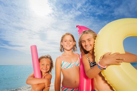 Baumglückliche Mädchen, die zusammen am Strand stehen Standard-Bild - 89273455
