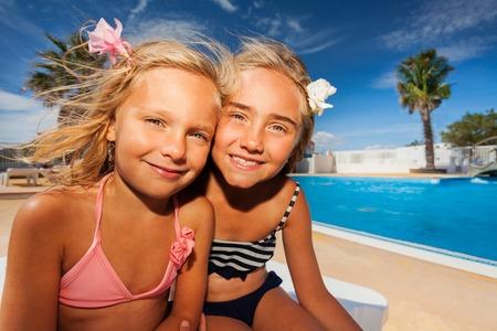 수영장에서 여름을 즐기는 여자 친구
