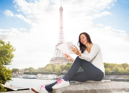 エッフェル塔に対して地図を探している女性