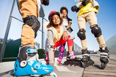 아프리카 여자 롤러 스케이트 야외 경기장에서