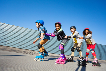 Leuke kinderen die achtereenvolgens buiten skaten
