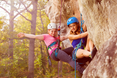 Twee klimmers abseilen training op steile rots Stockfoto