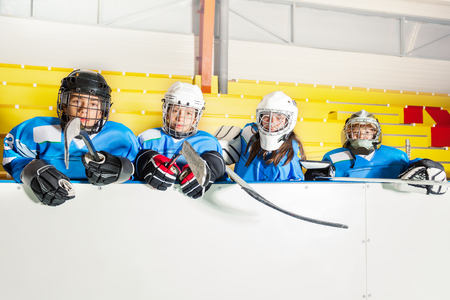 School hockey team sitting on the bench near arena Banco de Imagens - 114500203