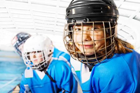 Porträt des glücklichen Mädchens in der Eishockeyuniform