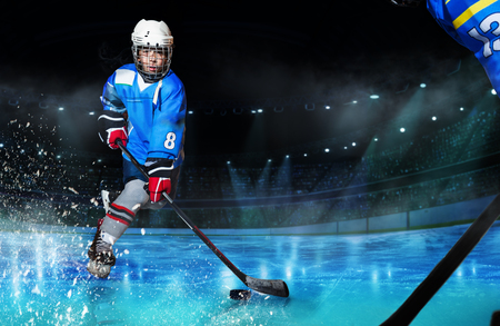 Hockey player passing the puck during competition Banque d'images