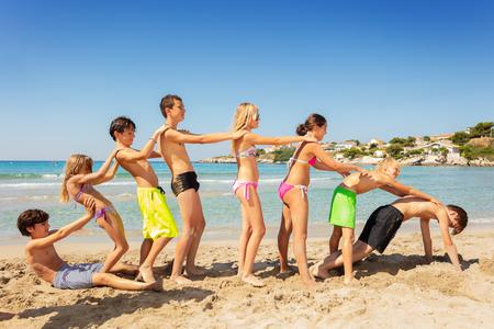 Vrienden die strandspelletjes spelen tijdens de zomervakantie Stockfoto