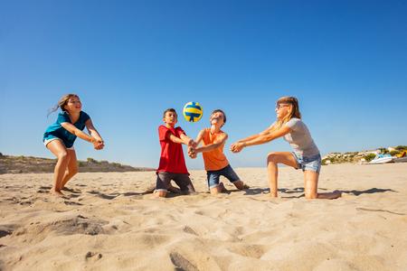 Jugadores de voleibol de playa felices haciendo pase de antebrazo