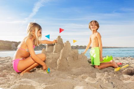 Ragazzo felice che gioca a giochi da spiaggia con sua sorella