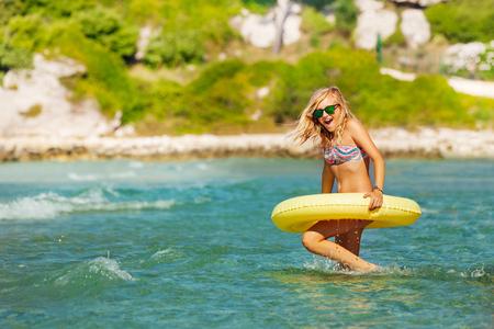 Bella ragazza con anello di nuoto in mare Archivio Fotografico