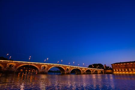 Reflet des lumières du Pont Neuf à Garonne Banque d'images