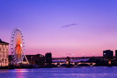 Vue de nuit du remblai de la Garonne à Toulouse, France