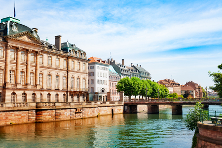Rohan-Palast am Ufer der Ill in Straßburg
