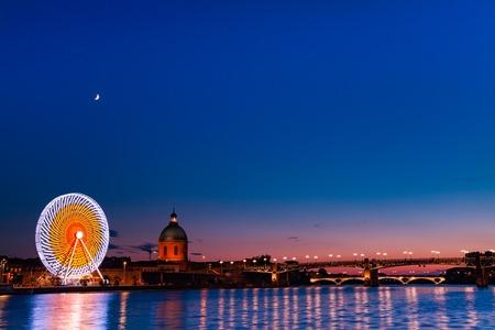 Les lumières de la ville se reflètent dans la Garonne, Toulouse