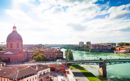 Terraplén del río Garona en día soleado, Toulouse