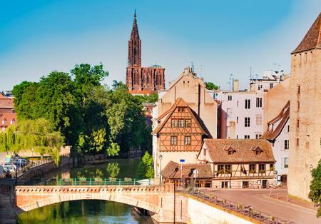 Straßburg-Stadtbild mit Ponts Couverts und der berühmten Kathedrale in der Ferne in Frankreich, Europa Standard-Bild