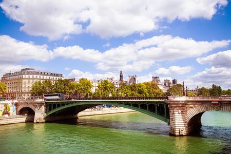 Bridge Pont Notre-Dame in Paris downtown, France Imagens