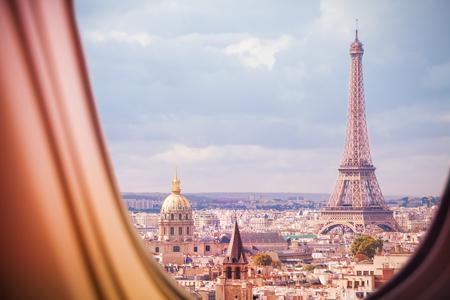Blick auf Paris und den Eiffelturm aus dem Flugzeugfenster Standard-Bild