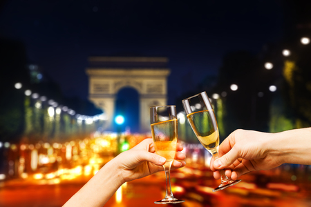 Paris arc de triumph with glasses of champagne Imagens
