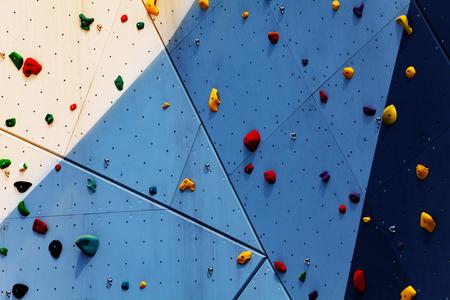 Primo piano della parete per esercizi di arrampicata con impugnature Archivio Fotografico