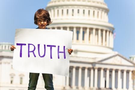 Bambino manifestante con cartello che chiede la verità Archivio Fotografico