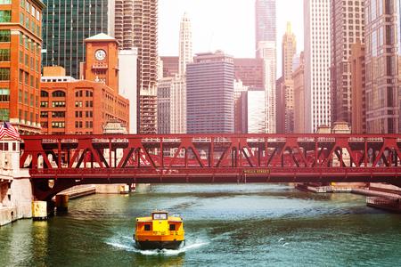 Taxi Shuttle Bus Boot und Brücken Chicago Downtown