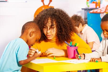 Zeichenunterricht für kleinen kleinen schwarzen Jungen in der Schule
