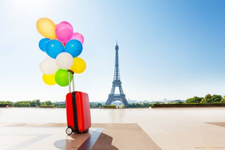 Balloons tied to suitcase left on Paris streets Zdjęcie Seryjne - 129949781