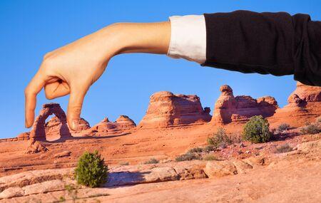 La mano della donna che tiene l'arco naturale tra le dita
