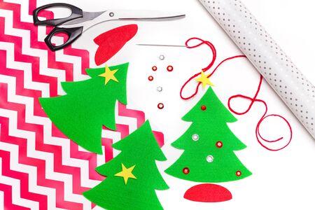 Festliche Dekoration für Weihnachtsgeschenkverpackungen auf Weiß