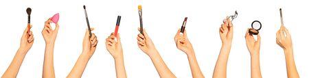 Manos con pinceles de maquillaje y cosméticos de belleza.
