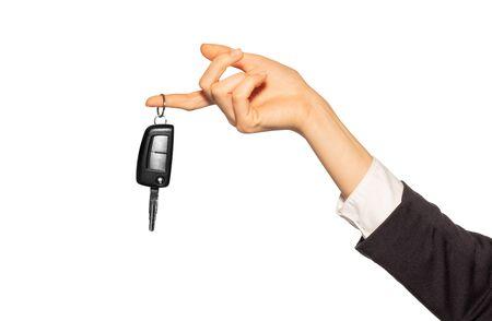 Main féminine avec porte-clés d'alarme accroché au doigt