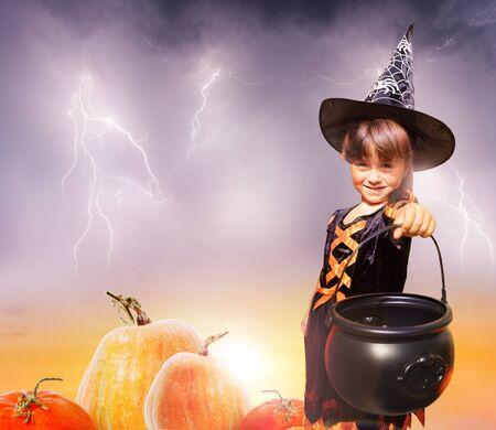 Chica en Halloween con sierra cerca de calabazas mágicas