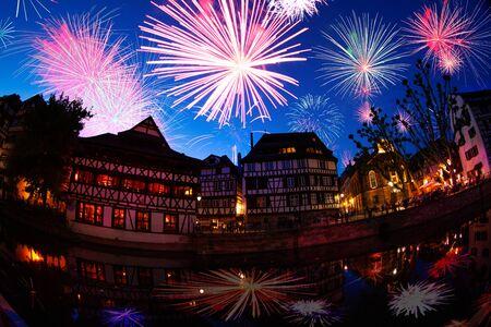 Straßburg Innenstadt Frankreich und Feuerwerk bei Nacht