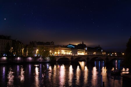 Pont royal, museum dOrsay on embarkment in Paris 免版税图像