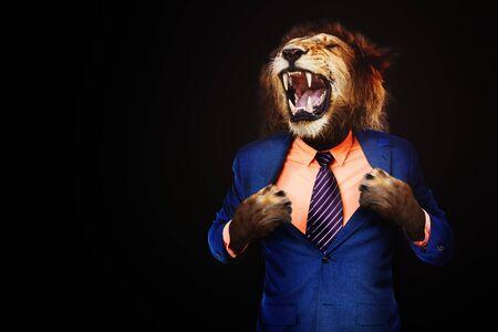 Hombre de negocios enojado furioso con cara de rugido de león