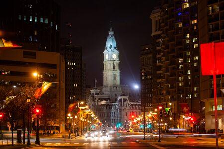 Benjamin Franklin parkway at night toward Penn square and city hall of Philadelphia 스톡 콘텐츠