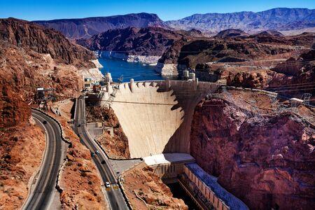 Lake road and concrete arch-gravity Hoover Dam in the Black Canyon of the Colorado river on Nevada Arizona border Foto de archivo