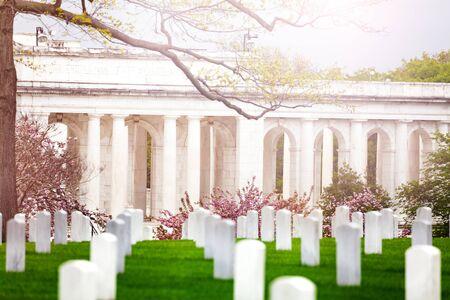 纪念圆形剧场和军人墓地墓地的墓碑在春天