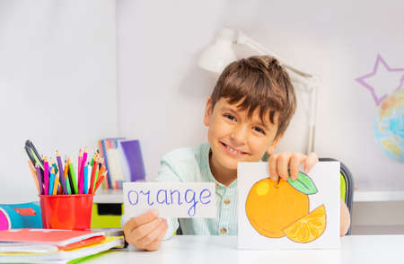 Smiling boy in development class with word and object card during ABA therapy Zdjęcie Seryjne