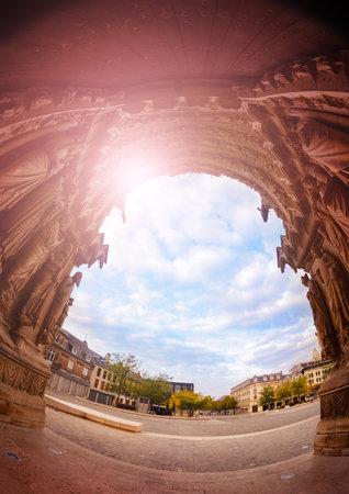 View of Cathedral Notre-Dame entrance de Reims